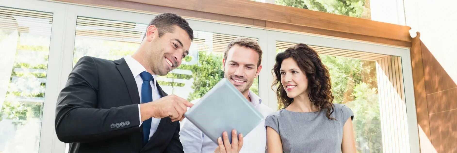 immobillien-verkaufen-hausverkauf-rosenheim-muenchen-3-menschen-protokoll-expose-adobestock_103513168
