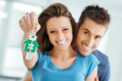 immobillien-verkaufen-hausverkauf-rosenheim-münchen-frau-mann mit Hausschlüssel in der Hand
