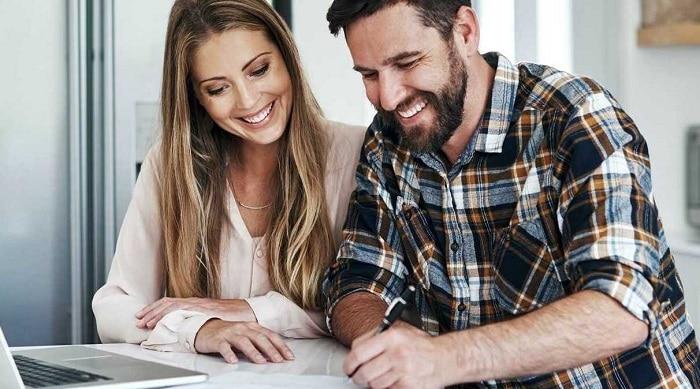 haus-verkaufen-steuern-gebuehren-ehepaar-spart-geld-1-gettyimages-973890860_optimized_optimized