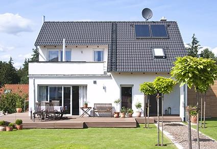 -immobilien-makler-verkaufen-kaufen-volksbank-raiffeisenbank-traumhaus-immobilie-mit-garten