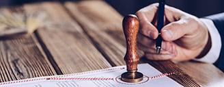Notarvertrag-immobilien-verkaufen-volksbank-raiffeisenbank-makler-unterschreibt-vertrag