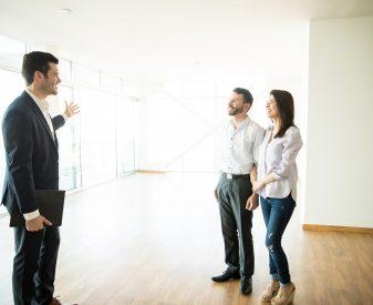Makler und Ehepaar bei einer Besichtigung